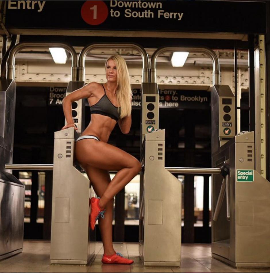 Una sesión de fotos en el metro con Adrienne Kolesza triunfa en instagram. (Foto: Instagram/Adrienne Kolesza)