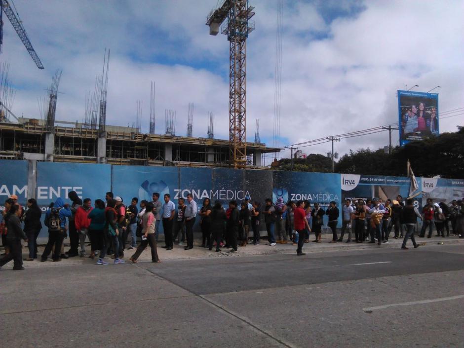 Las filas cruzan las esquinas de la zona 9. (Foto: Jesús Alfonso/Soy502)
