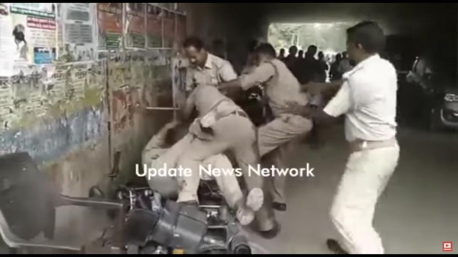 Los policías fueron captados en una de las calles de la India. (Foto: Tomado de YouTube)