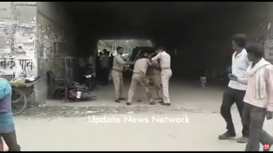 Durante la pelea intervinieron otros policías para tratar de calmarlos. (Foto: Tomado de YouTube)
