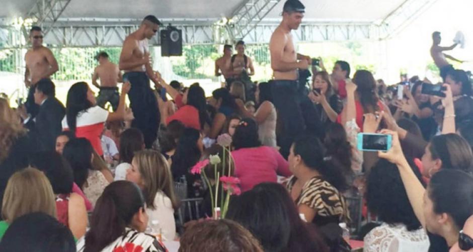 Policías mexicanos realizan show de strippers para celebrar el Día de la Mujer.