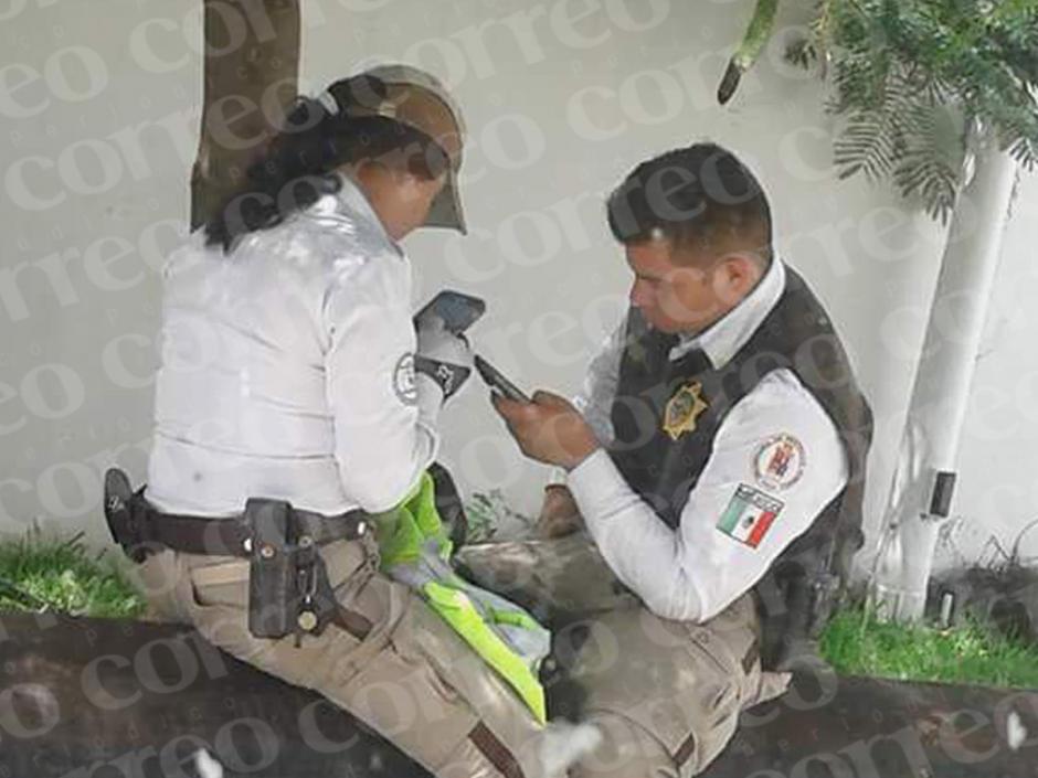 Después del romántico beso, los elementos continúan con sus conversaciones en el teléfono. (Foto: Correo)