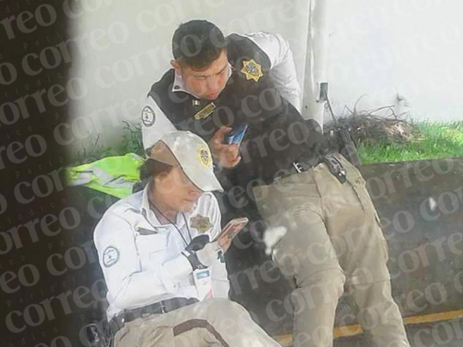 Las fotografías tomadas por el periódico Correo muestran a la pareja en primera instancia chateando. (Foto: Correo)