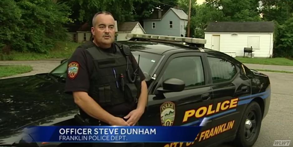 Este oficial de policía encontró al niño vendiendo su peluche cerca de una farmacia. (Foto: WLWT)