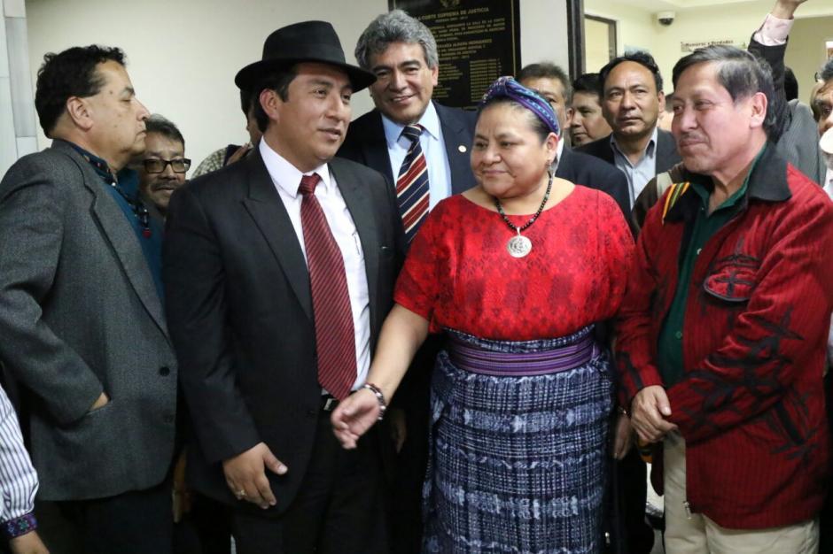 El diputado de la URNG, Walter Félix (c), también acudió a la Sala de Mayor Riesgo a apoyar a Amílcar Pop. (Foto: Alejandro Balán/Soy502)