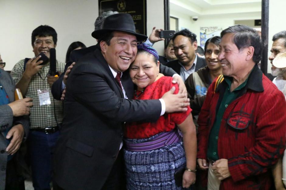 La premio Nobel de la Paz, Rigoberta Menchú, acompañó al diputado de Winaq durante la diligencia. (Foto: Alejandro Balán/Soy502)