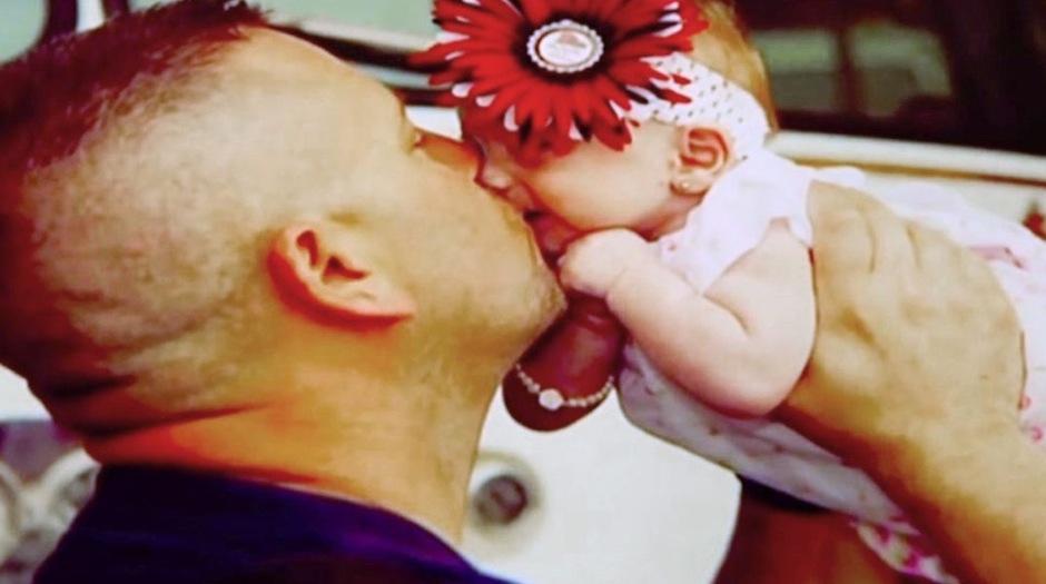 Marc Hadden adoptó a una hermosa bebé. (Foto: Marc Hadden)
