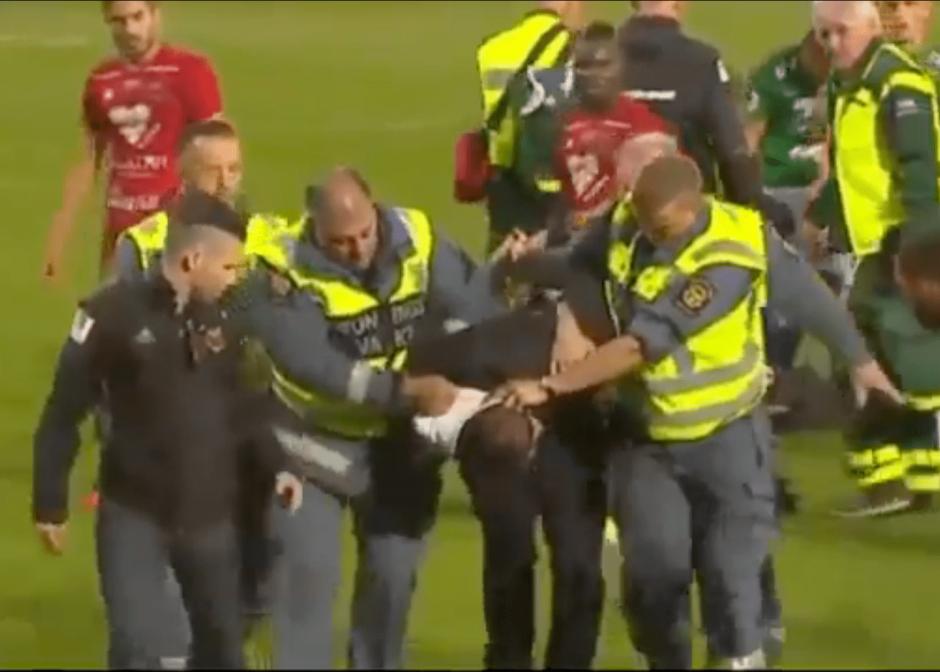 Los guardias detuvieron al fanático. (Foto: captura de pantalla)