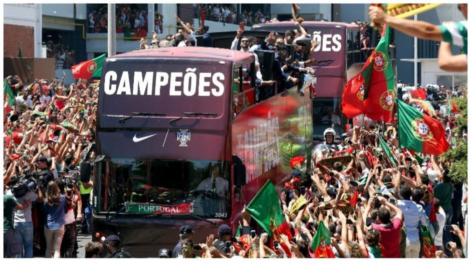Miles de personas reciben a los campeones de la Eurocopa 2016. (Foto: EFE)
