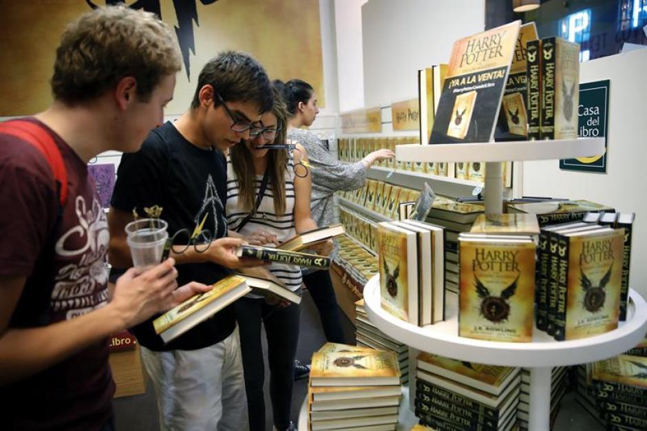 El nuevo libro de Harry Potter no es una novela sino un guión de una obra teatral. (Foto: EFE)