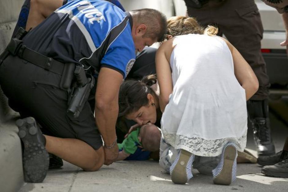 Durante los dramáticos minutos, Lucila Godoy, quien cruzaba por la autopista, se detuvo y ayudó a la tía del bebé. (Foto: Al Díaz/Miami Herald Staff)