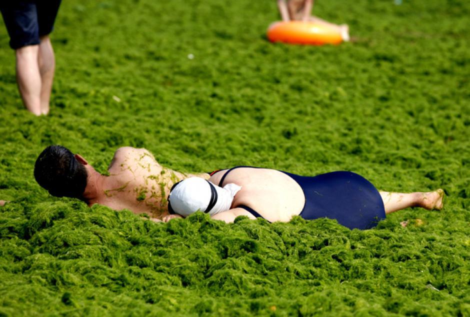 Dos personas descansan a la orilla de la playa mientras los otros veraneantes disfrutan de la extraña atracción. (Foto: www.prava.ru)