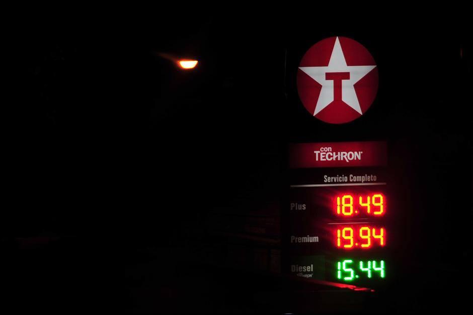 En noviembre, el precio internacional del petróleo sufrió un considerable decenso, lo cual repercutió en los precios de los combustibles en Guatemala. El 14 de diciembre, el precio de la gasolina super tocó fondo y se apreció por debajo de los Q20.00. (Foto: Alejandro Balán/Soy502)