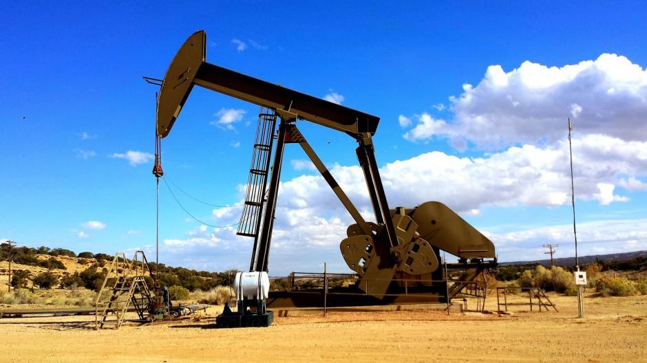 Durante el mes de diciembre, el precio internacional del petroleo bajó a menos de los 38 dólares por barril, el precio más bajo que ha tenido el crudo desde 2009, lo cual repercute en el precio del combustible a nivel mundial debido a un excedente en la producción.(Foto: petroleamerica.com)