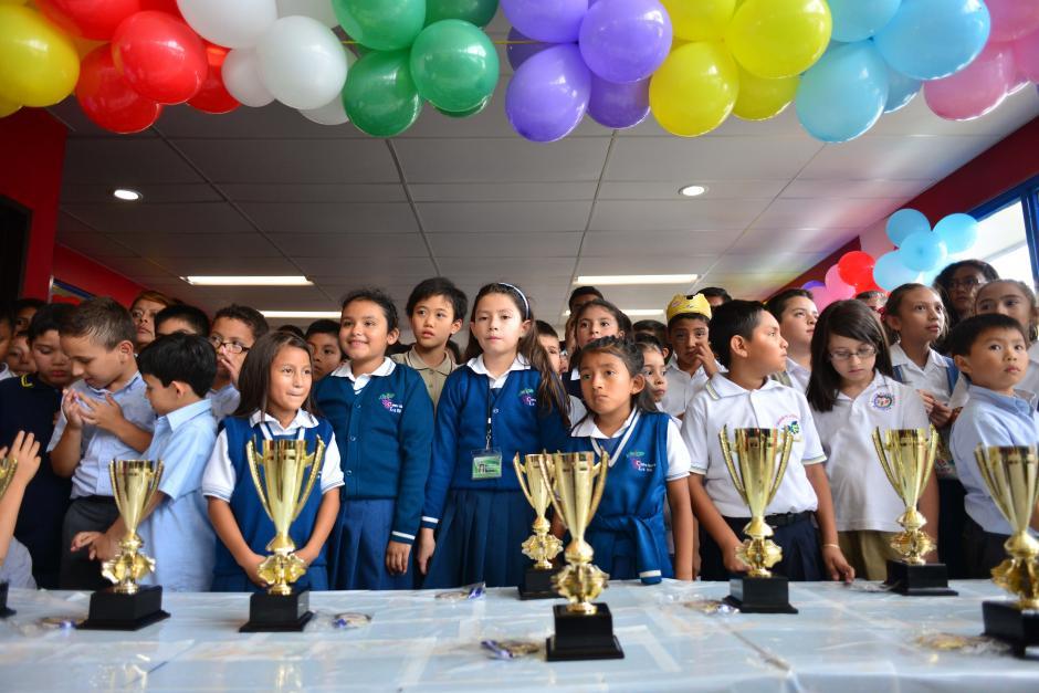 Los niños esperan ansiosos la premiación en el campeonato de matemáticas. (Foto: Jesús Alfonso/Soy502)
