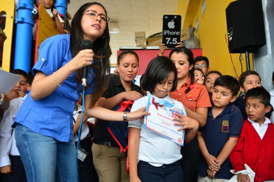 Mariana Valencia mostró su felicidad luego de ser premiada. (Foto: Jesús Alfonso/Soy502)