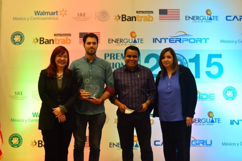 El galardón fue recibido por los periodistas de Soy502 Roberto Caubilla (izq) y Juan Manuel Vega (centro), así como por la jefa de contenidos Gabriela Barrios (der). (Foto: Jesús Alfonso/Soy502)