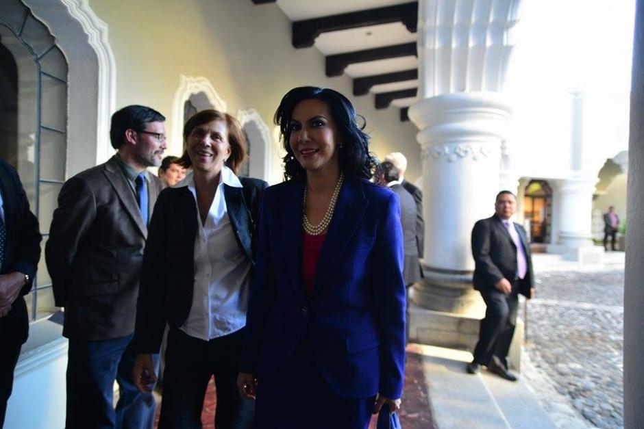 Zury Ríos de VIVA llegó también de azul como la candidata de la UNE. (Foto: Wilder López/Soy502)