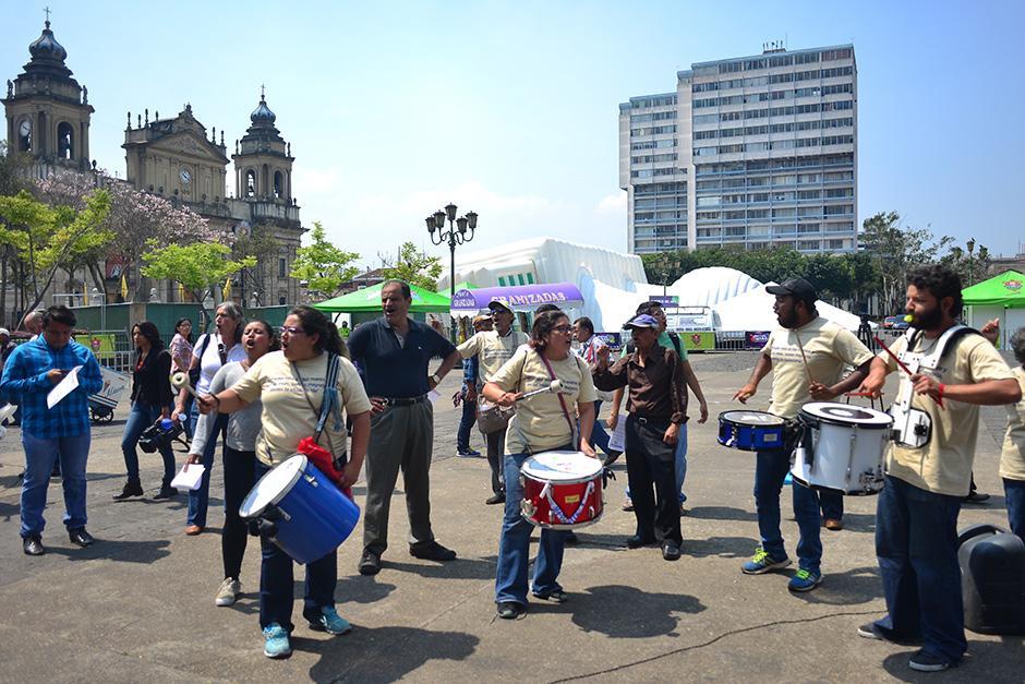 Con tambores y silbatos fueron recordadas las marchas históricas. (Foto: Jesús Alfonso/Soy502)