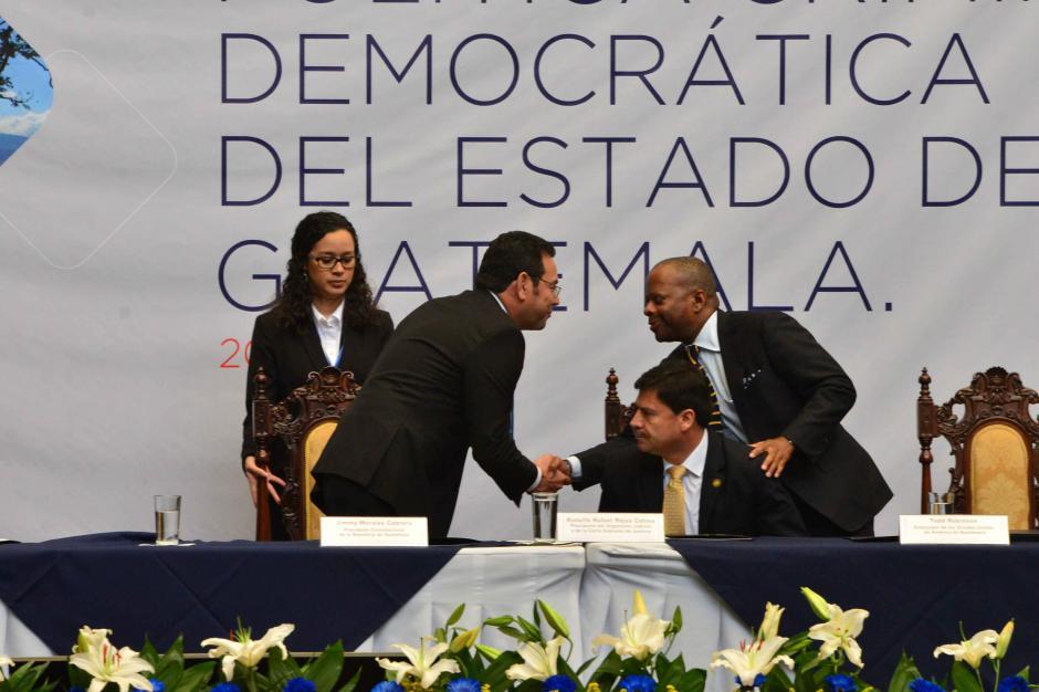 El presidente Jimmy Morales saluda al embajador Tod Robinson. (Foto: Jesús Alfonso/Soy502)