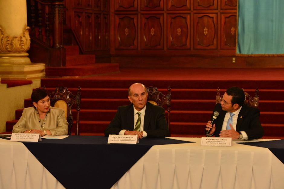 Thelma Aldana, Mario Taracena y Jimmy Morales durante el acto. (Foto: Jesús Alfonso/Soy502)