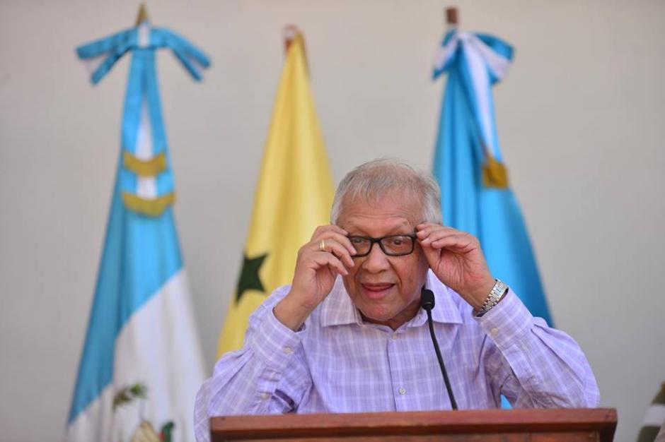 En varias ocasiones el mandatario se compuso las gafas para continuar con el discurso. (Foto: Jesús Alfonso/Soy502)