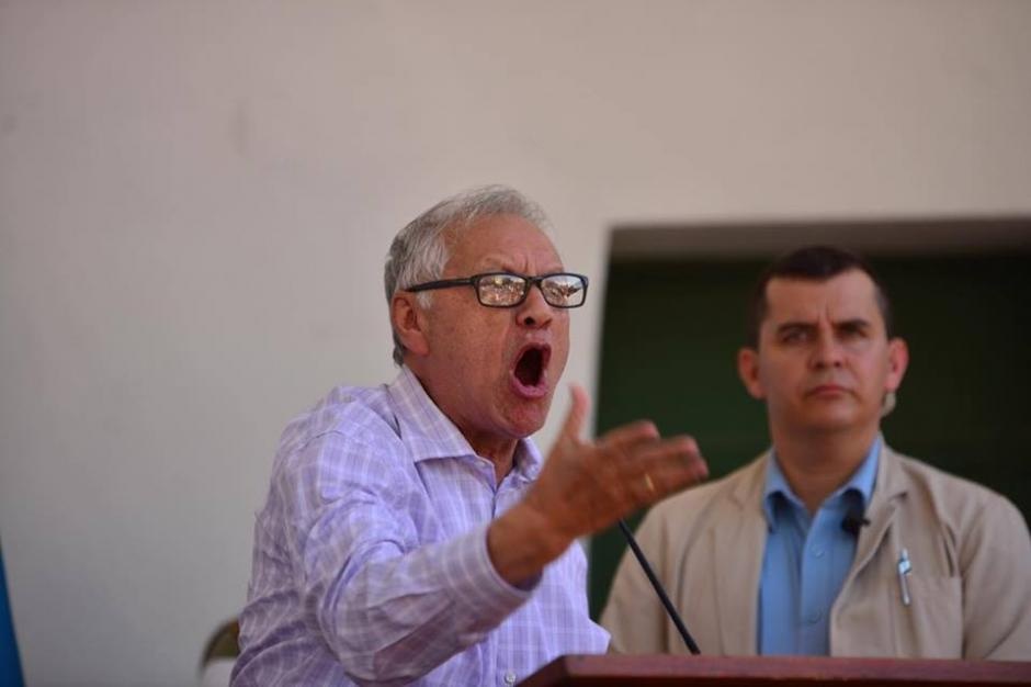 Entre un grupo de manifestantes el mandatario Alejandro Maldonado pronunció su discurso sobre el salario diferenciado. (Foto: Jesús Alfonso/Soy502)