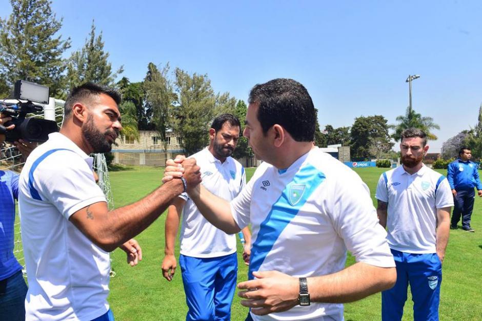 Jimmy Morales saludó a Paulo César Mota el portero de la Selección. (Foto: Jesús Alfonso/Soy502)