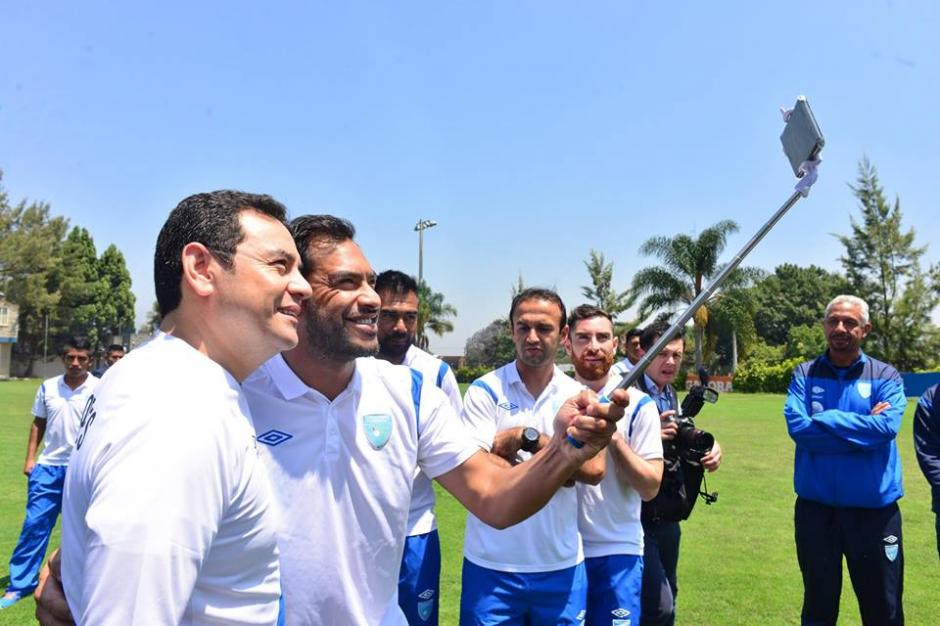 """Las """"selfies"""" no faltaron en la reunión con el presidente. (Foto: Jesús Alfonso/Soy502)"""