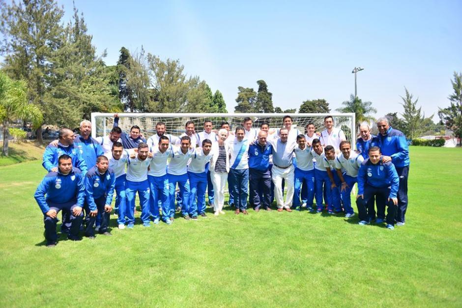 Esta es la foto oficial de la reunión del mandatario con la Selección Nacional. (Foto: Jesús Alfonso/Soy502)
