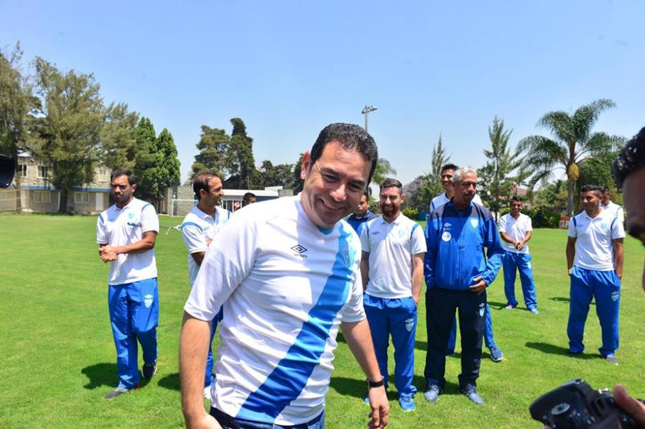 Jimmy Morales salió también a los espacios para jugar fútbol en la Federación. (Foto: Jesús Alfonso/Soy502)