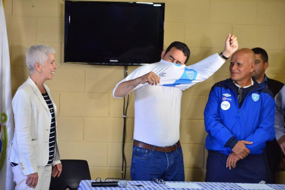 Al presidente le regalaron una playera de la Selección de Fútbol. (Foto: Jesús Alfonso/Soy502)