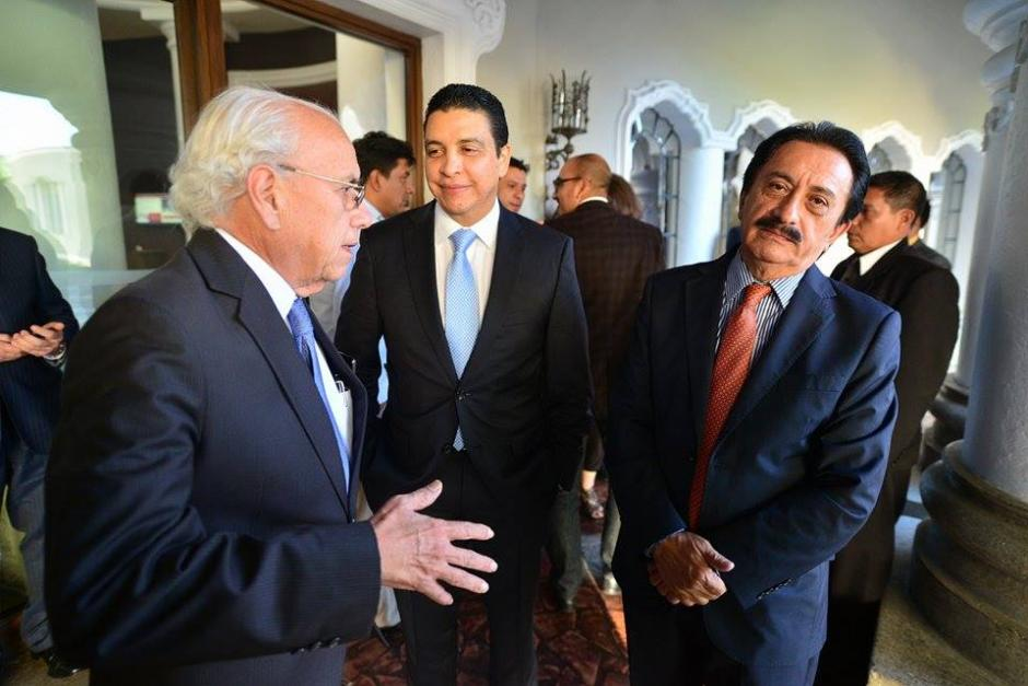 Mario David García del PP antes de entrar al foro de la firma de Chapultepec junto al exministro de Energía Erick Archila. (Foto: Wilder López/Soy502)