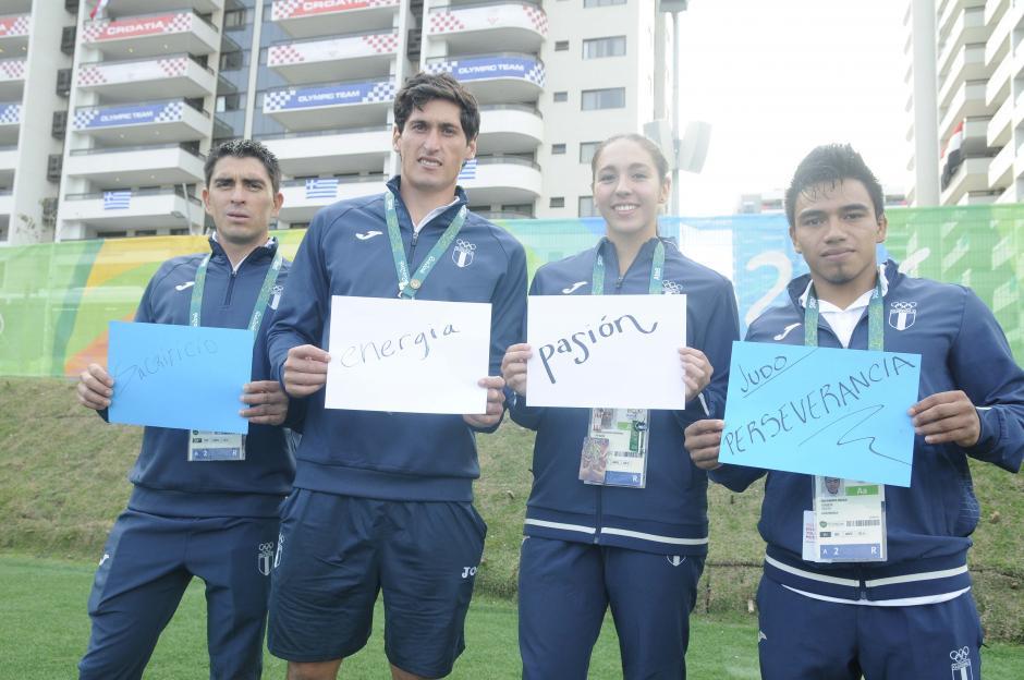 Manuel Rodas, Juan Ignacio Maegli, Valerie Gruest y José Ramos, formaron la bandera de Guatemala, con una palabra significativa que los identifica. (Foto: Aldo Martínez/Enviado de Nuestro Diario)