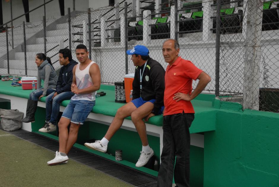 Alejandro Galindo llegó a saludar a sus compañeros, por lesión está al margen de la final. En la imagen conversa con el técnico Mauricio Tapia. (Foto: Sergio Muñoz/Nuestro Diario)