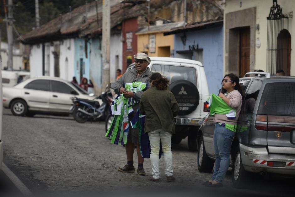 Las camisolas de Antigua se venden en las afueras del estadio Pensativo, poco a poco la expectativa creció. (Foto: Sergio Muñoz/Nuestro Diario)