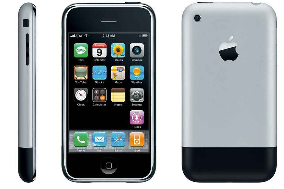 El primer iPhone de Apple debutó en 2007 con una carcasa trasera de metal, una pantalla de 3.5 pulgadas. Su pantalla táctil sentó las bases para los smartphones modernos. (Foto: The Verge)