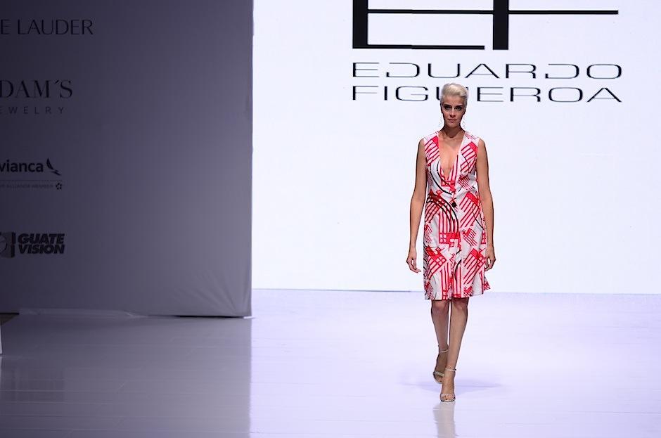 Amantes de la moda celebran el primer día de la segunda edición del Mercedes-Benz Fashion Guatemala. (Foto: Selene Mejía/Soy502)