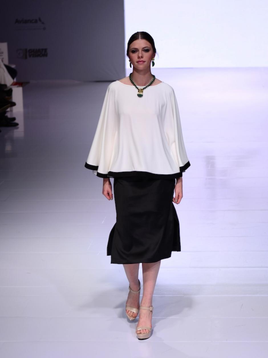 Blusas con corte estilo poncho son populares en su armario. (Foto: Selene Mejía/Soy502)