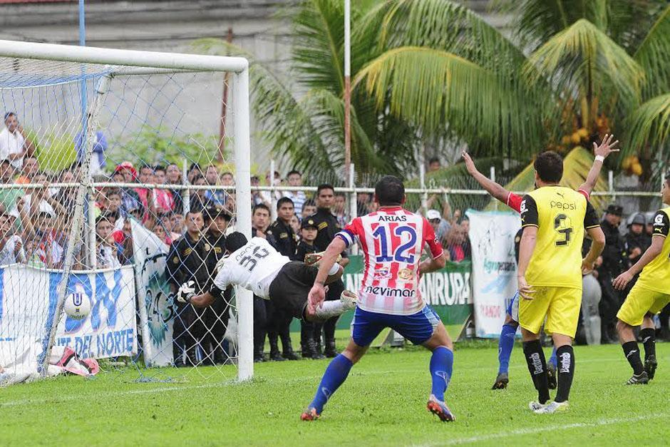 Juan José Paredes vuela pero no puede llegar a detener el primer gol del encuentro. (Foto: Nuestro Diario)