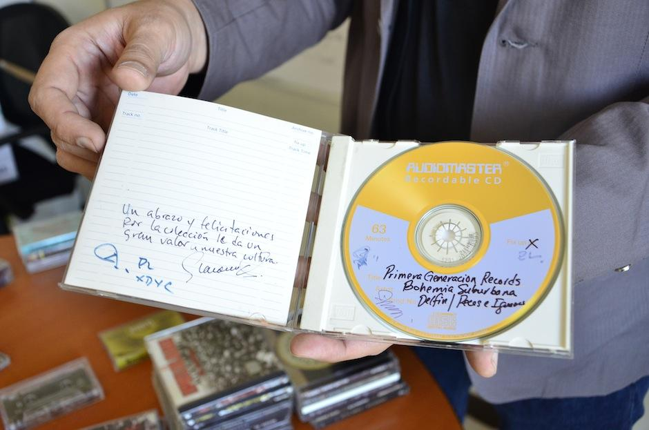 Iván muestra el primer demo de Bohemia Suburbana para radios. (Foto: Selene Mejía/Soy502)