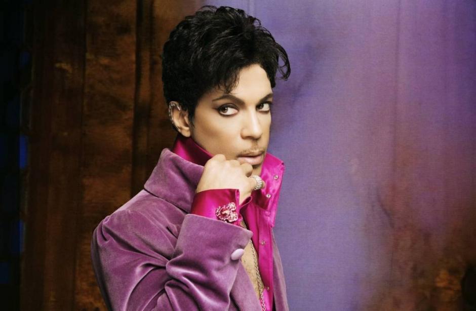 Cientos de flores le ha dado la despedida a Prince, como una lluvia púrpura. (Foto: losandes.com.ar)