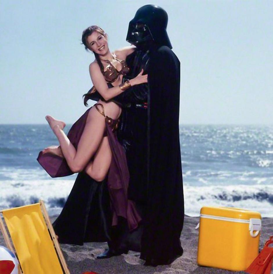 Una sonriente princesa Leia disfruta de un día soleado en la playa con Darth Vader. (Foto: boredpanda.com)