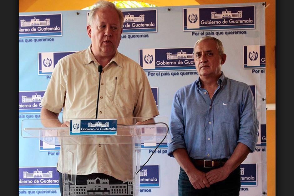 El presidente Otto Pérez Molina escucha, con gesto y ademán compungido, al Embajador Thomas Shannon, en Puerto Barrios. (Foto: Esteban Biba/EFE).