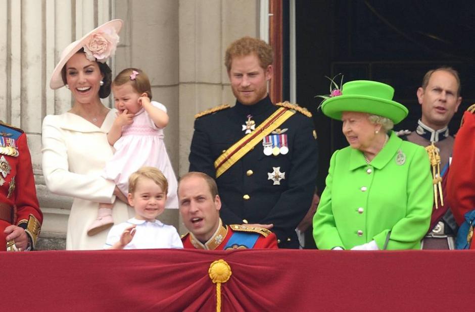 El príncipe William se agacha para conversar con su hijo George. (Foto: elpais.com)