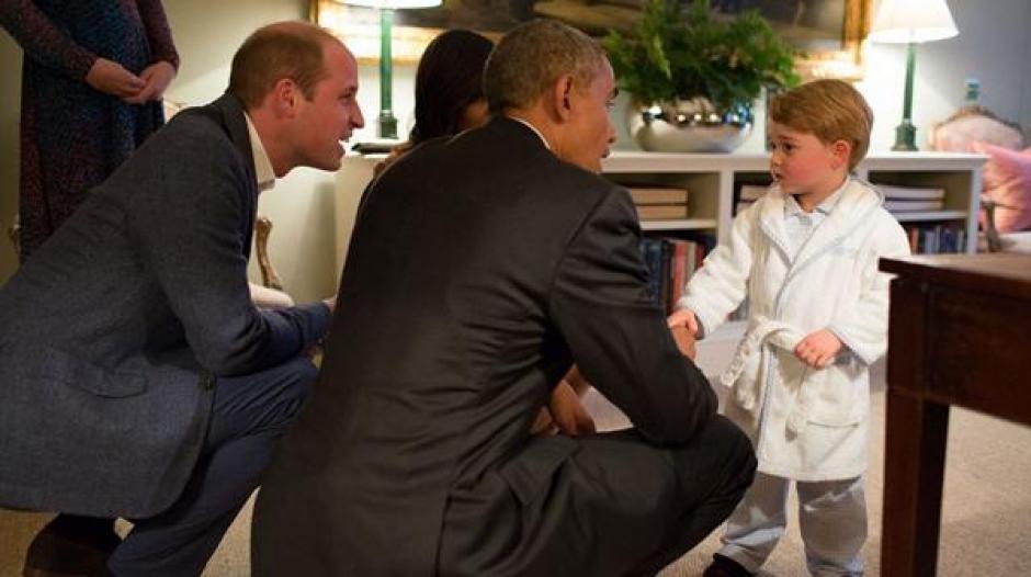 El presidente de los Estados Unidos también se ha inclinado para hablar con el pequeño George. (Foto: Infobae)