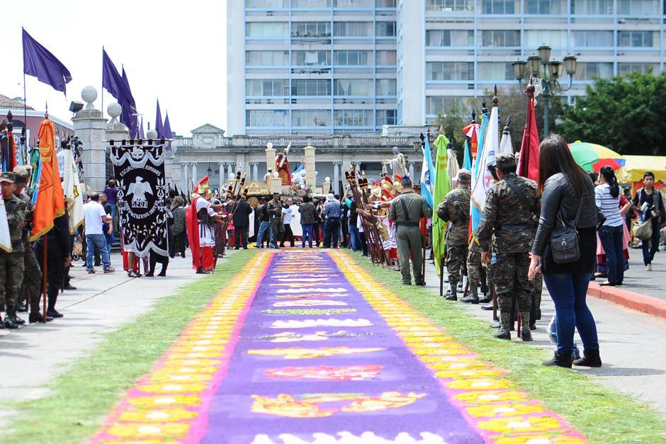 Calles y avenidas de la zona 1 fueron delicadamente adornadas con coloridas alfombras  (Foto: Alejandro Balán/Soy502)