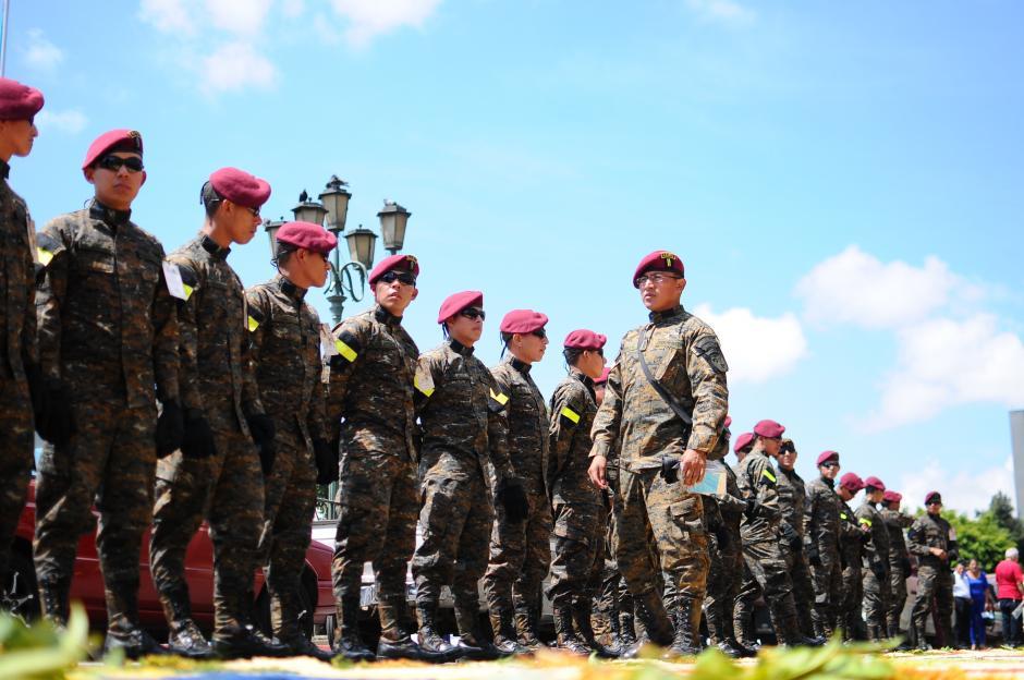 Grupo de fieles Kaibiles esperan poder llevar el anda en hombros en el turno de honor frente a Palacio Nacional (Foto: Alejandro Balán/Soy502)
