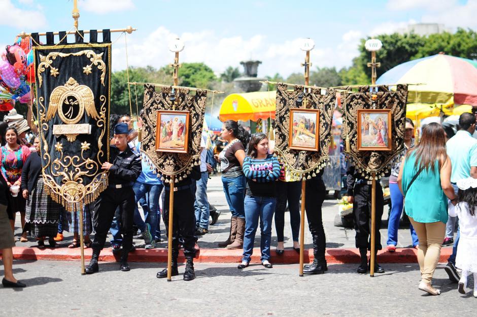 Se aprecian las imágenes que representan las estaciones del vía crucis  (Foto: Alejandro Balán/Soy502)