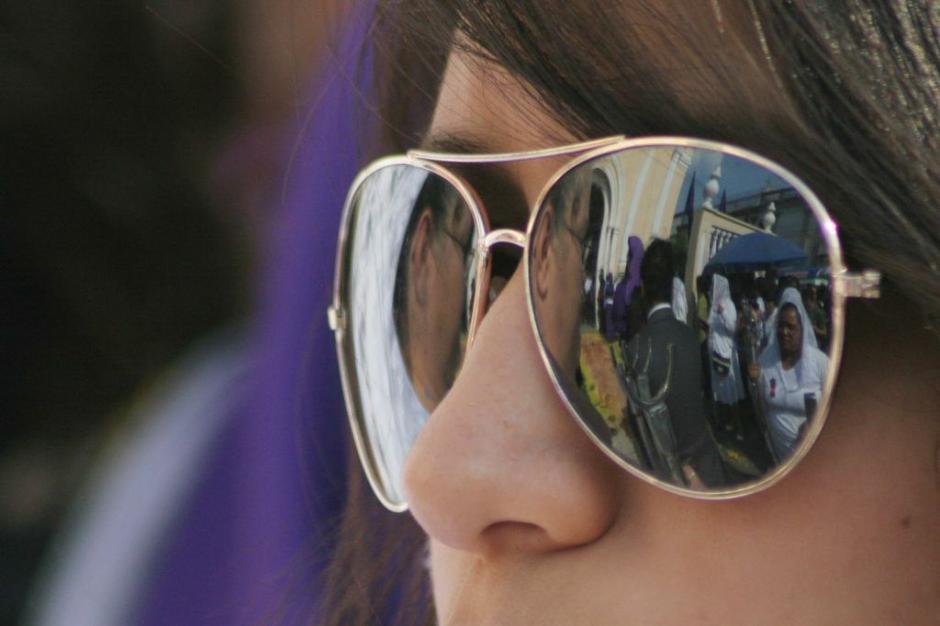 Una joven observa el paso de la procesión del Beaterio de Belén. (Foto: Raúl Illescas).